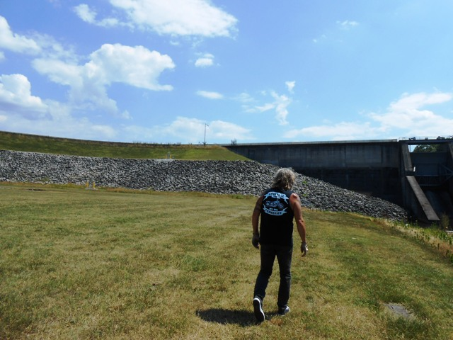 We decide to walk for a closer view of the dam.